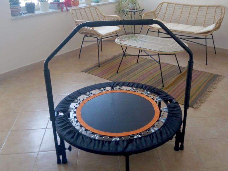 Home fitness: come allenare tutti i muscoli usando solo il trampolino elastico
